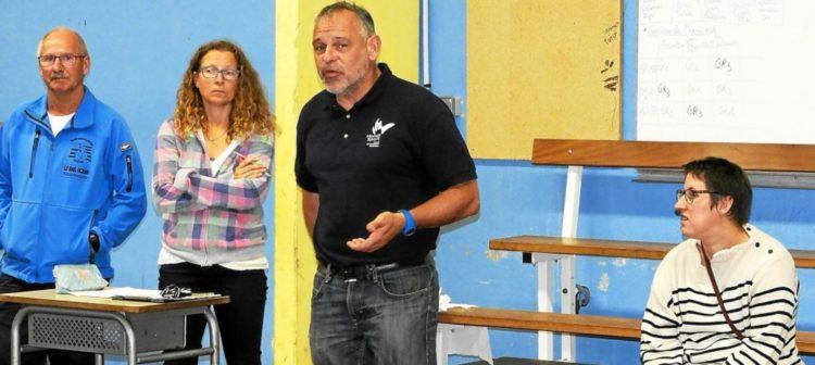 Pour expliquer le handisport aux collégiens, C. Trenec (2e à gauche) a convié l'association Handi Sport Co Breizh du président D. Le Don (à gauche) et les athlètes, H. Larhant et M. Guyader.